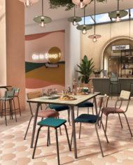 HOTEL- salle de petit déjeuner Table et chaises- Bois clair:Bleu canard