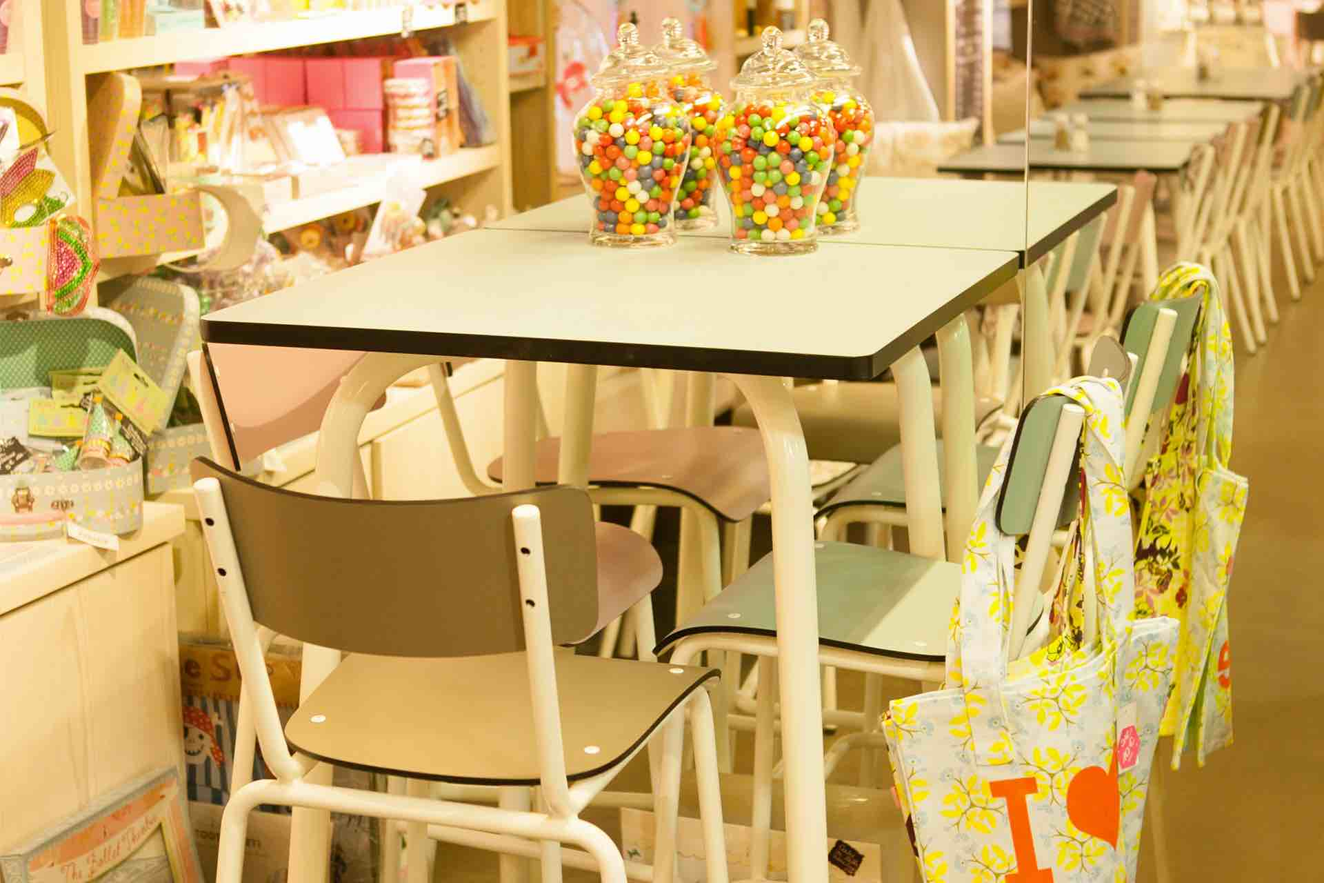 petit flotte chaise haute table haute
