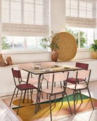 RESTAURANT-Table chêne clair : Tapis Vadim:Chaises Suzie-Imprimé Sunset:Bordeaux